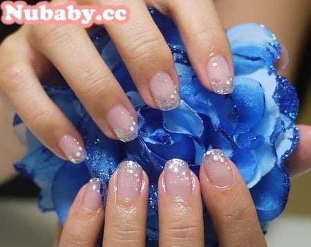 指甲教學-淡藍色亮粉璀璨凝膠指甲