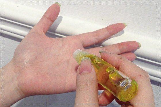 [保養]滾輪式的指緣油如何取代護手霜 台北市 中山區 大直 美甲店 實踐大學 指甲矯正 光療指甲 手足 護理 保養 咬指甲 撕指甲 摳指甲 問題指甲